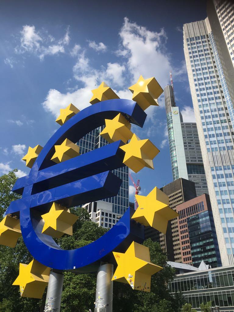Coverage-Foto-Eurozeichen-in-Frankfurt